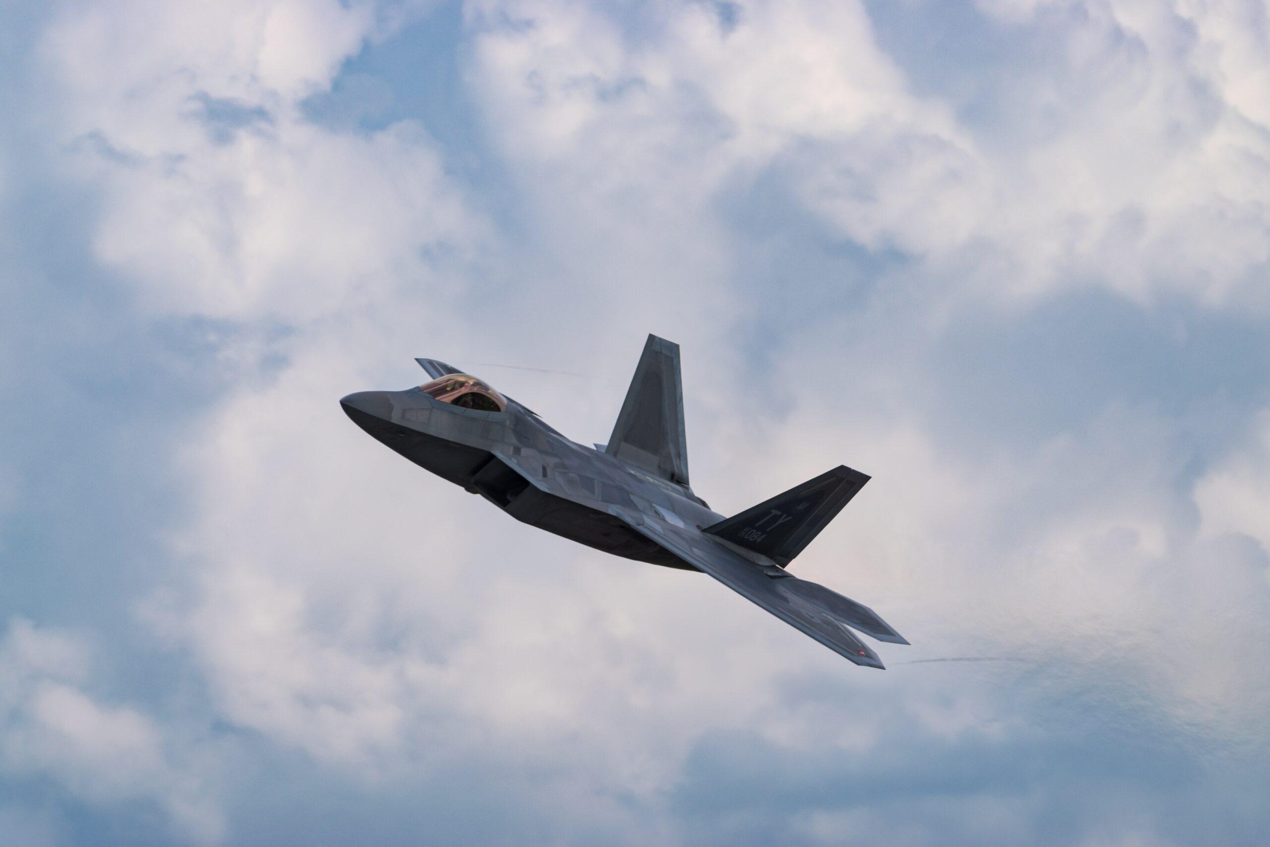 予算の使い道には戦闘機の購入
